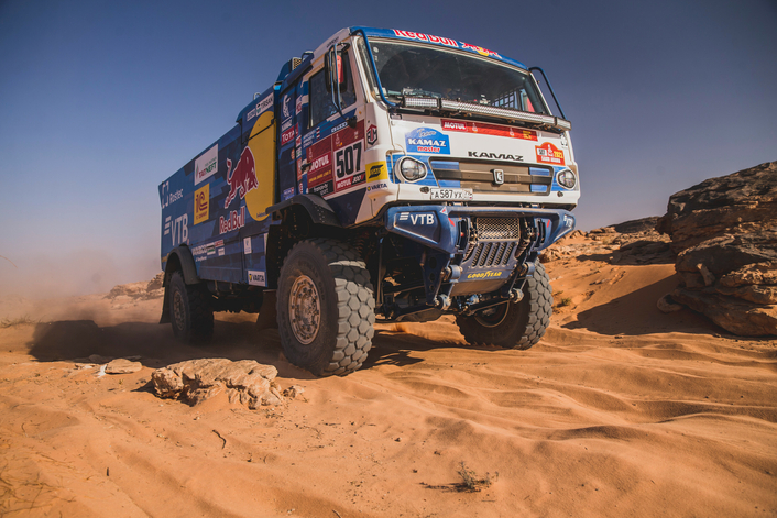 Price's running repairs keep him in the hunt for a third Dakar title