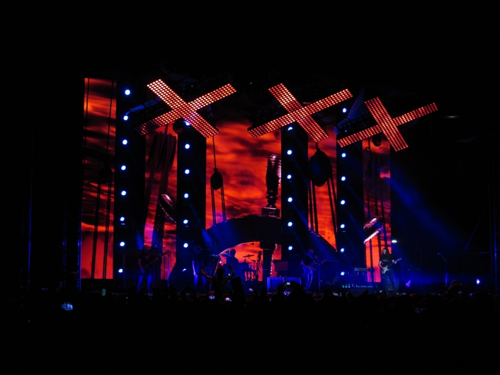 Lighting design is by well-known LD Luis Pastor, who has integrated into the set three eye-catching crosses of light made up of Elation Cuepix Panel RGB matrix luminaires